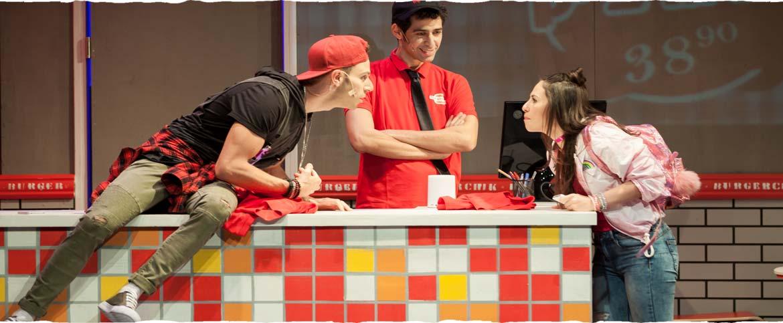 קבוצת שחקנים על דלפק של המבורגריה