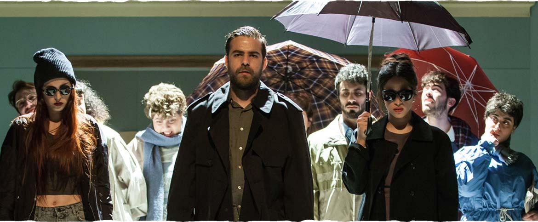 קבוצת שחקנים עומדים עם מטריות