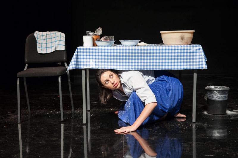 השחקנית מתחבאת מתחת לשולחן