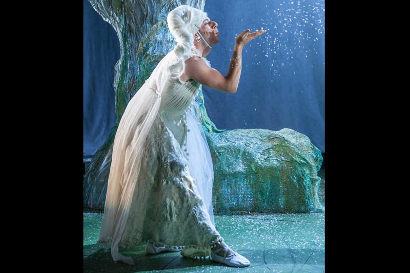 הפיה נושפת על שלג מתוך היד שלה