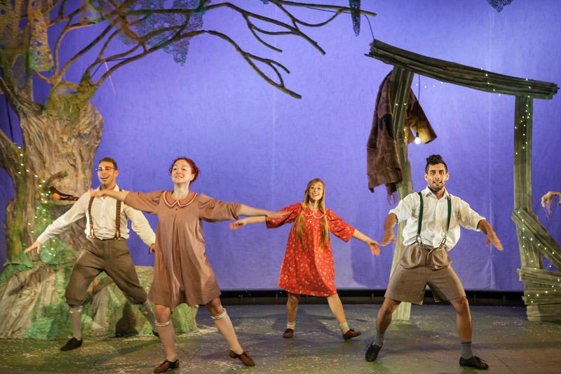 ארבעה ילדים רוקדים בחצר הבית של הענק