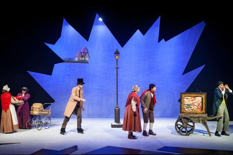 קאי וגרדה מסתכלים על קוסם, איש מחליק על גלגיליות ושתי נשים עומדות ליד עגלת תינוק