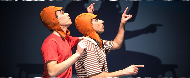 שתי הדמויות הראשיות עם כובעים של טייסים, יושבים אחד מאחורי השני ומצביעים לירח