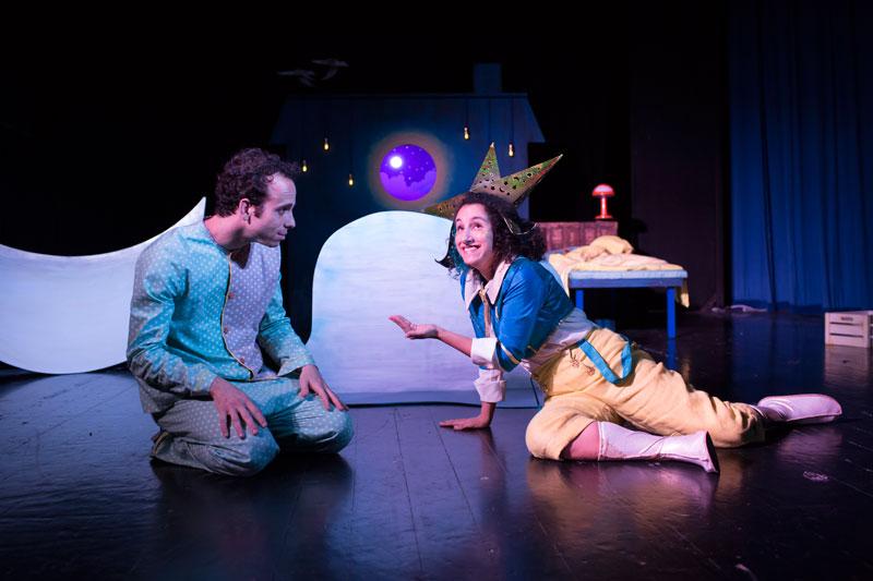 נולי הילד וזרח הכוכב יושבים על הרצפה וזרח מושיט לנולי יד