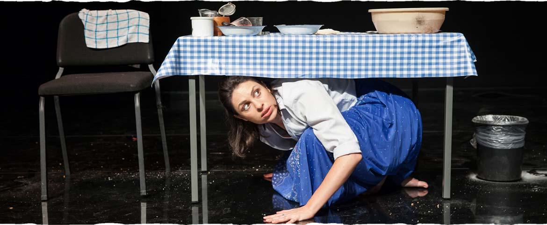 הדמות הראשית מסתתרת מתחת לשולחן המטבח