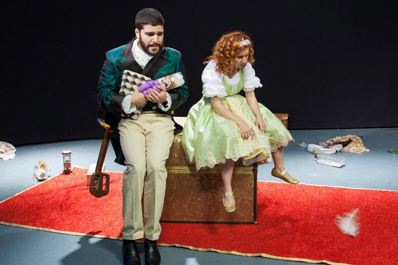 הנסיכה ומשרתה יושבים על התיבה במבטים עצובים