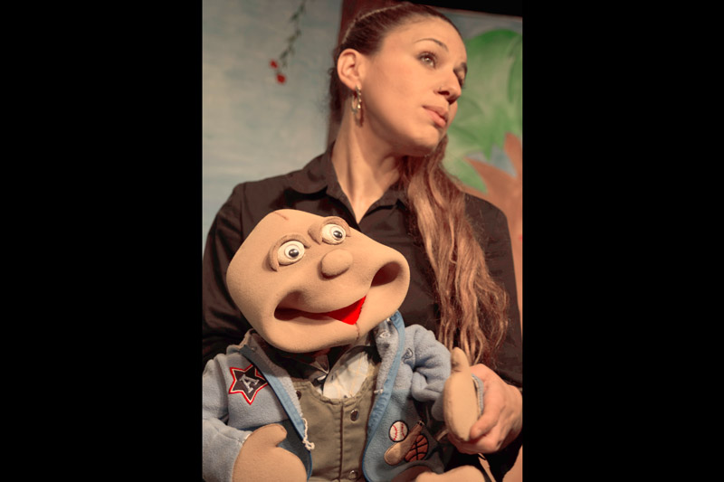 השחקנית מחזיקה את הבובה