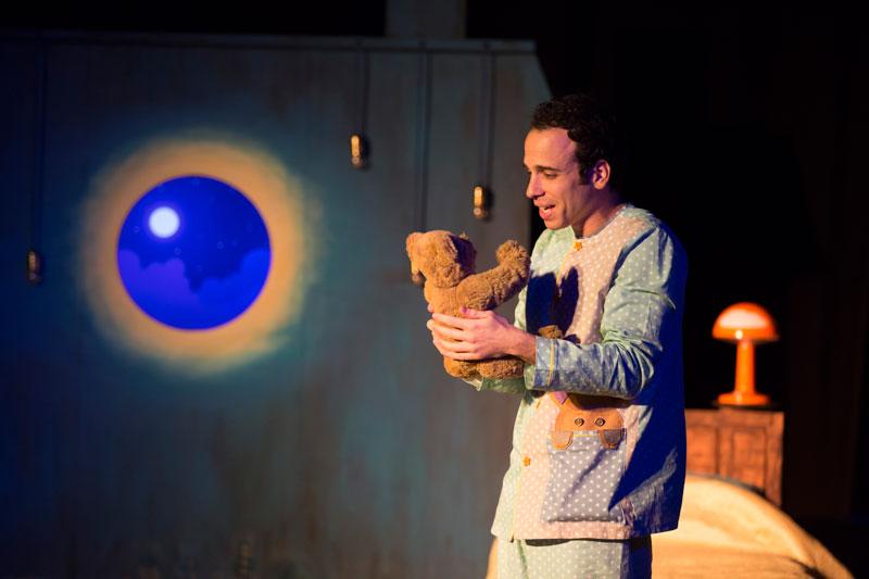 נולי הילד מחזיק את הדובי בחדר השינה שלו