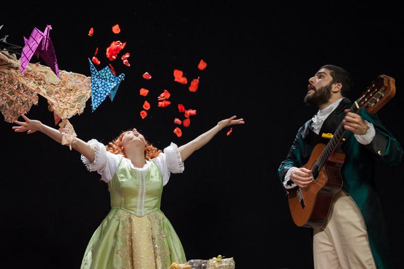 הנסיכה מעיפה עליו באוויר והמשרת מנגן על הגיטרה