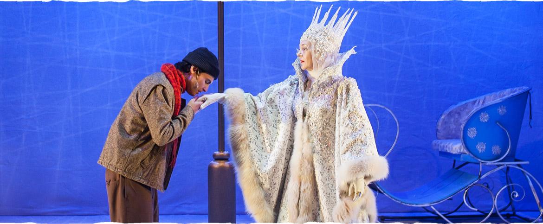 נתין המנשק את ידה של מלכת השלג