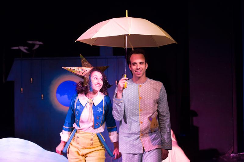 נולי הילד וזרח הכוכב עומדים מתחת למטריה